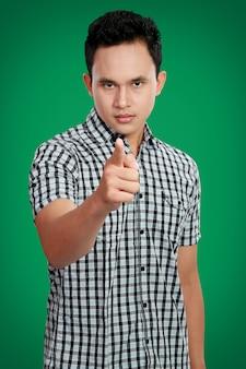 Mężczyzna wskazujący palec na ciebie