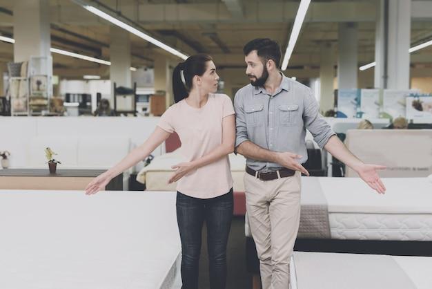 Mężczyzna wskazuje na jedną, kobietę na drugą.