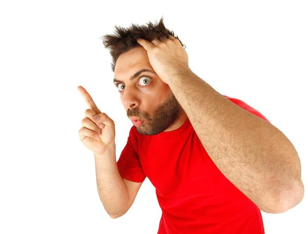 Mężczyzna wskazuje z czerwoną koszulką