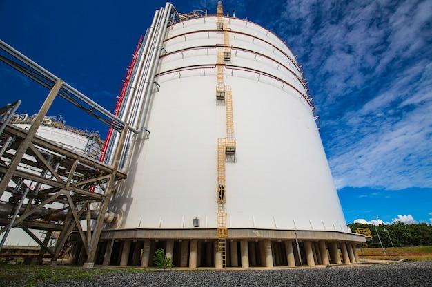 Mężczyzna wspina się po schodach drabina do przechowywania kontroli wizualnej zbiornik gazu propan