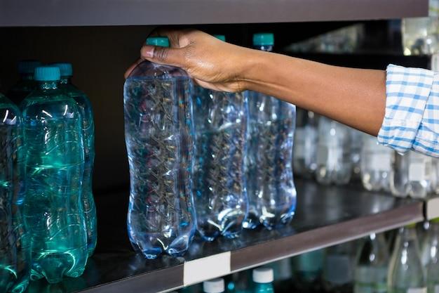 Mężczyzna wybiera butelkę woda