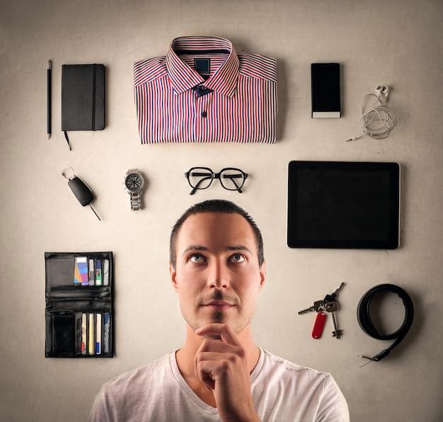 Mężczyzna wybiera ubrania i akcesoria