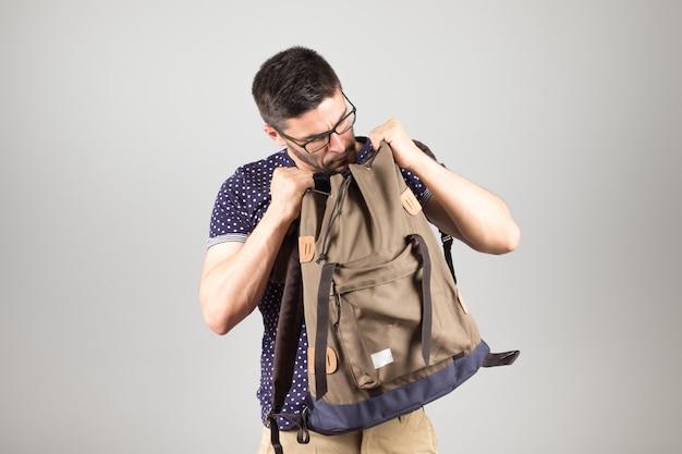 Mężczyzna wyciąga coś z plecaka
