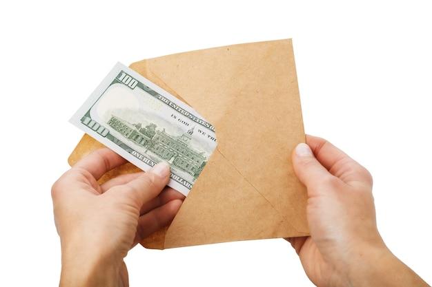 Mężczyzna wyciąga sto dolarów z koncepcji koperty na białym tle