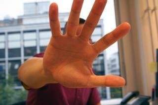 Mężczyzna wyciągnął rękę