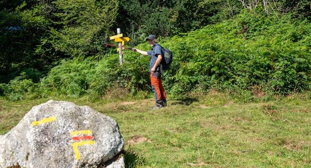 Mężczyzna wycieczkowicz na francuskich pyrenees górach