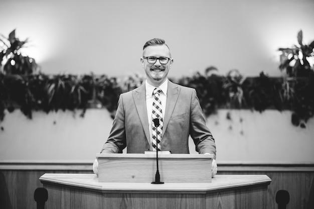 Mężczyzna wygłasza przemówienie