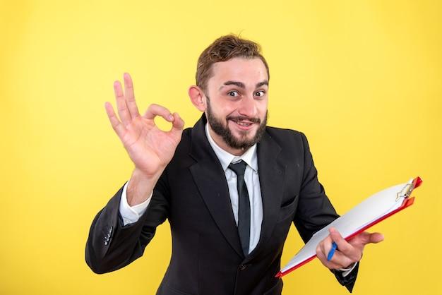 Mężczyzna wykonawczy pokazujący wszystko jest pod kontrolą gestu