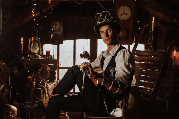Mężczyzna wynalazca w steampunkowym garniturze w cylindrze i okularach