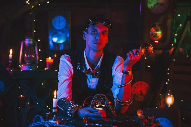 Mężczyzna wynalazca w steampunkowym garniturze z okularami z lupą