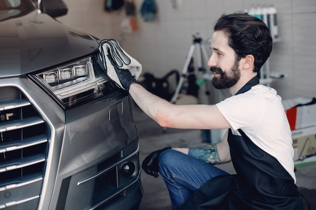 Mężczyzna wypolerować samochód w garażu