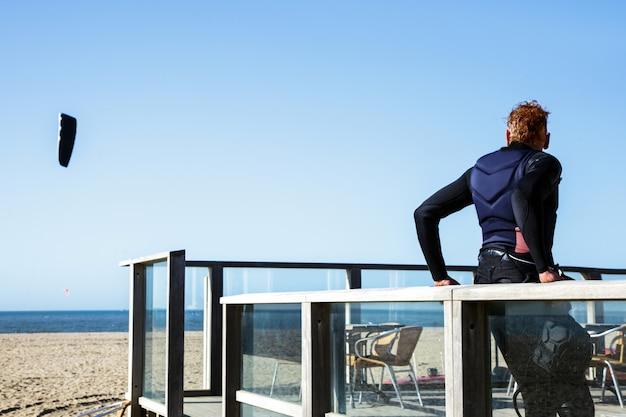 Mężczyzna wyposażenia surfingowa stojaka wiatru odpoczynku błękitnego słońca nieba denna północ