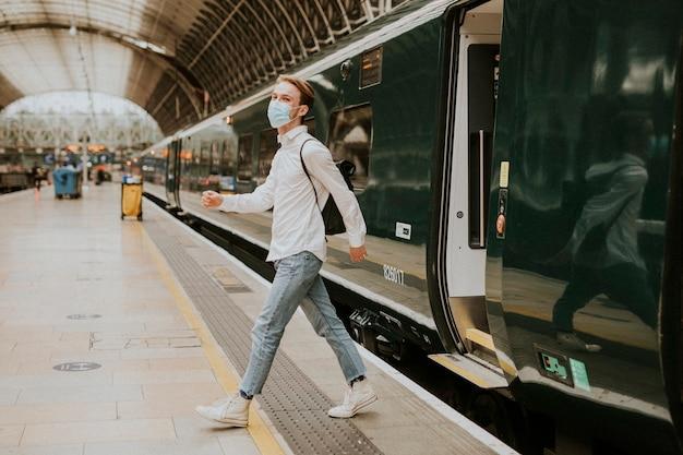 Mężczyzna wysiadający z pociągu na peron