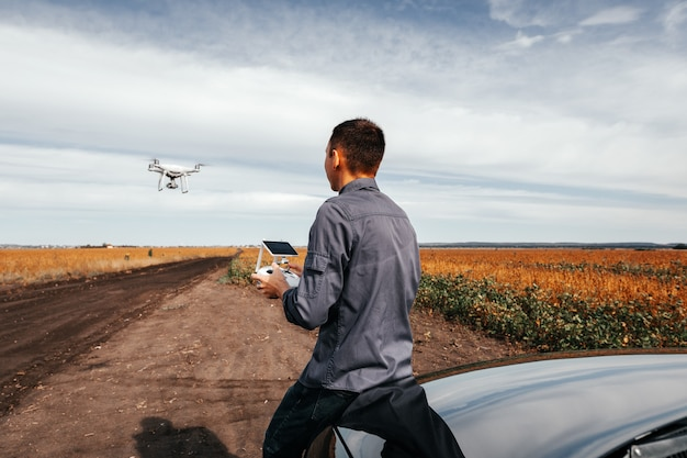 Mężczyzna wystrzeliwujący drona latem