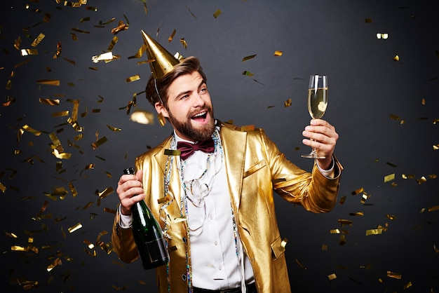 Mężczyzna wznoszący toast za nowy rok