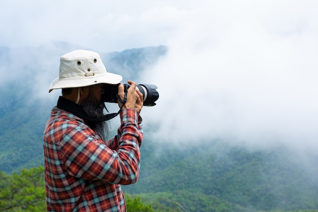 Mężczyzna z aparatem światowy dzień fotografa.