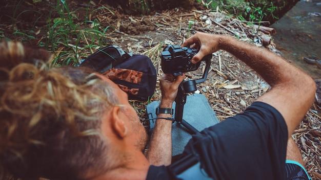 Mężczyzna z aparatem.