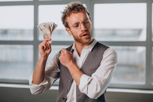 Mężczyzna z banknotami na białym tle w studio