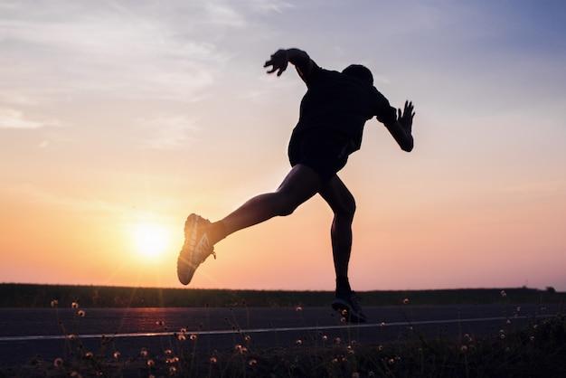 Mężczyzna z biegaczem na ulicy biegnie do ćwiczeń.