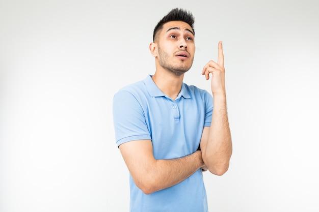 Mężczyzna z błękitną koszula myśleć o pomysle na bielu odizolowywającym