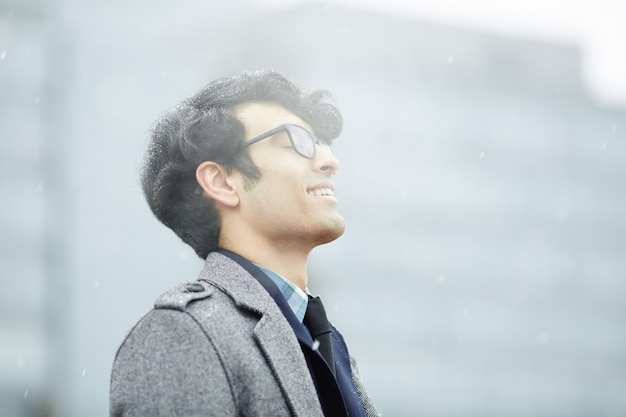 Mężczyzna z bliskiego wschodu cieszący się śniegiem
