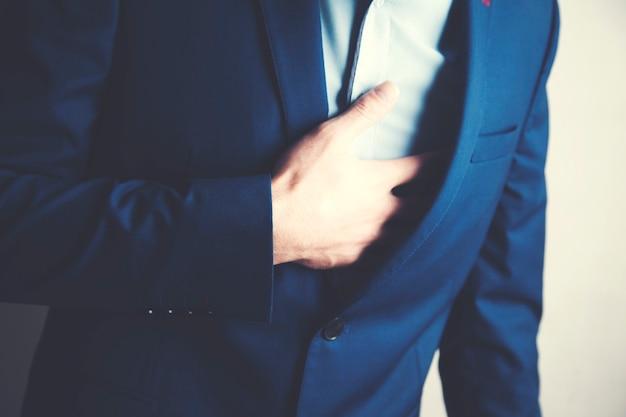 Mężczyzna z bólem serca trzymający się za rękę