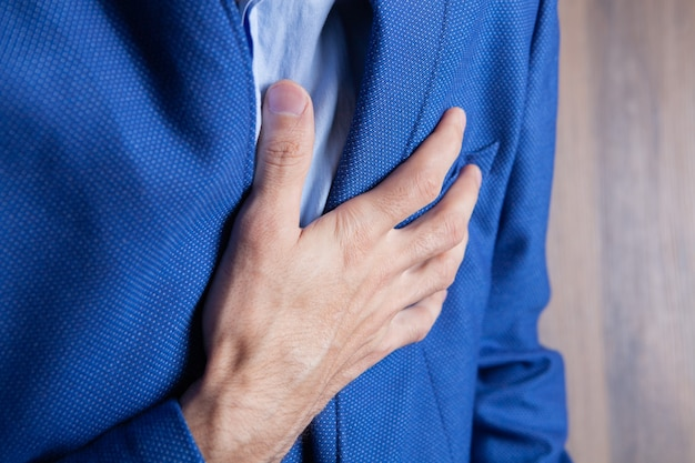 Mężczyzna z bólem w klatce piersiowej, zawałem serca
