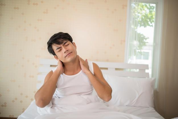 Mężczyzna z brakiem snu w łóżku