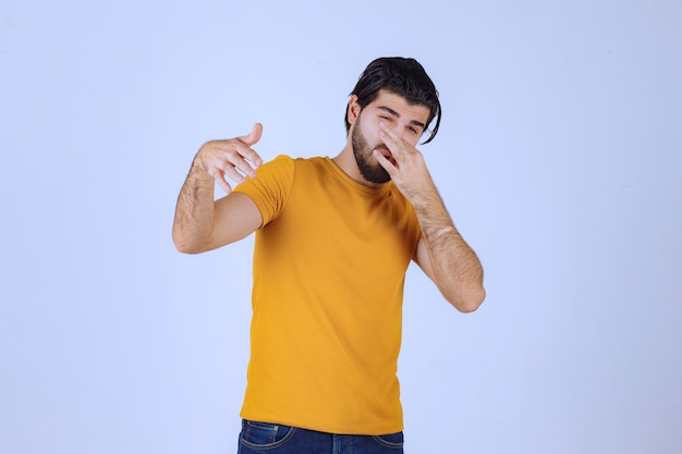 Mężczyzna z brodą czuje nieprzyjemny zapach