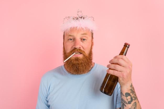 Mężczyzna z brodą i tatuażami zachowuje się jak księżniczka z bajki