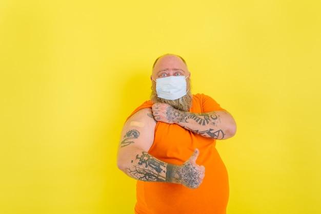 Mężczyzna z brodą i tatuażami zaszczepił się przeciwko wirusowi covid-19