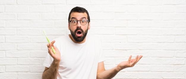 Mężczyzna z brodą myje zęby