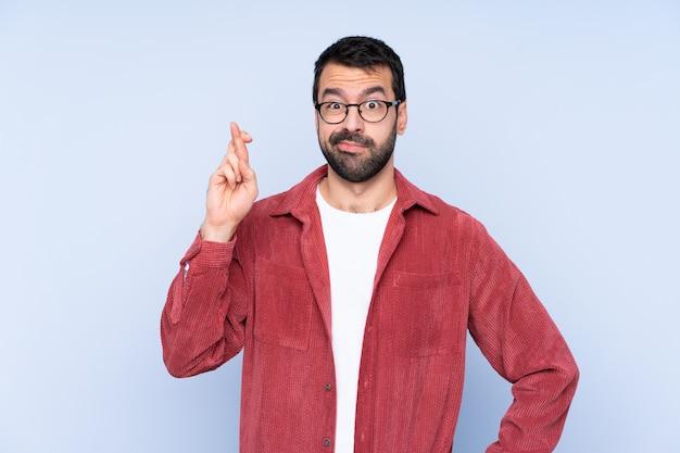 Mężczyzna z brodą nad odosobnioną błękit ścianą