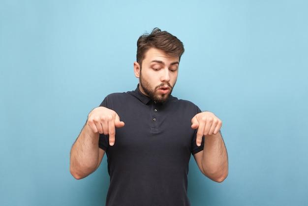 Mężczyzna z brodą pokazuje ręce o