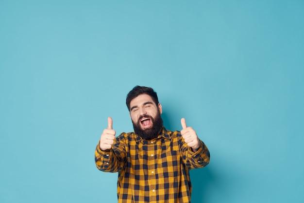 Mężczyzna z brodą pozowanie