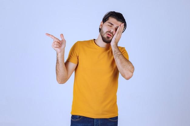 Mężczyzna z brodą skierowaną w lewo