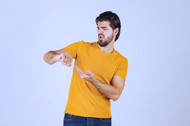 Mężczyzna z brodą sprawdza swój czas