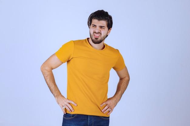 Mężczyzna z brodą wygląda agresywnie i zły
