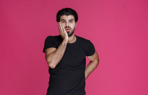 Mężczyzna z brodą wygląda na zdezorientowanego i niedoświadczonego