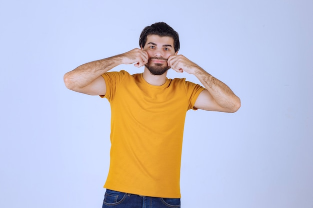Mężczyzna z brodą wysyłający miłość i pozytywną energię