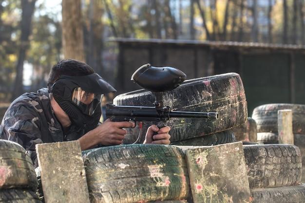 Mężczyzna z bronią grający w paintball.