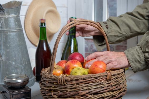 Mężczyzna z butelką cydr i kosz jabłka, zakończenie