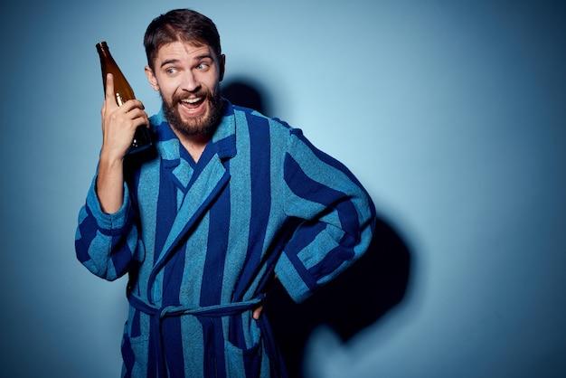 Mężczyzna z butelką piwa w ręku