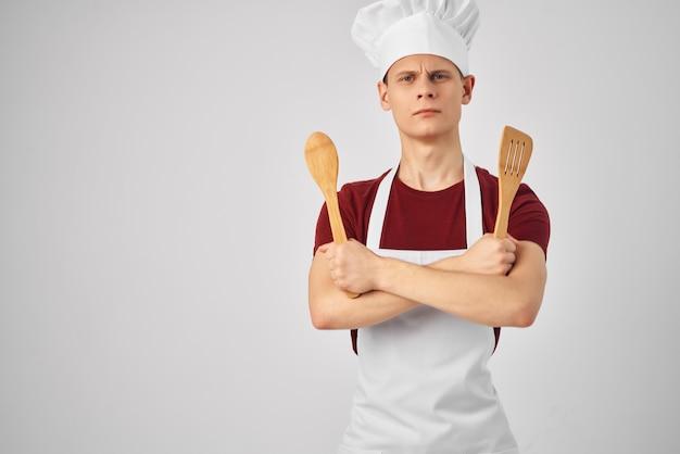 Mężczyzna z chochlą w rękach gotuje pracę profesjonalnego kucharza