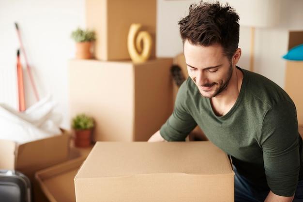 Mężczyzna z ciężkim kartonowym pudełkiem