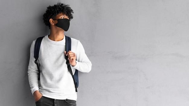 Mężczyzna z czarną maską średni strzał