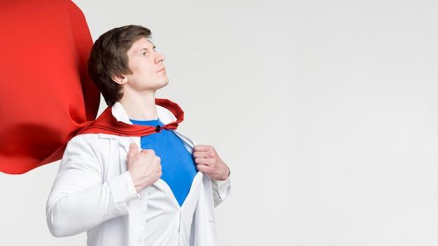 Mężczyzna z czerwoną peleryną i fartuchem