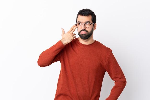 Mężczyzna z czerwonym puloweru pozować
