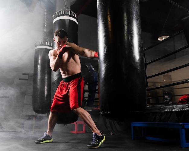 Mężczyzna z czerwonymi rękawiczkami trenować