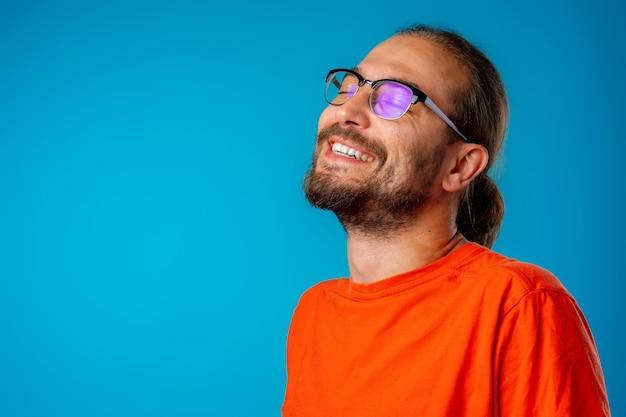 Mężczyzna z długimi włosami i okularami